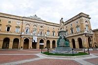 piazza giacomo leopardi, recanati, marche, italia