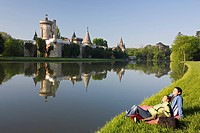 Austria, Lower Austria, Laxenburg, Franzensburg, shore, couple, relaxing