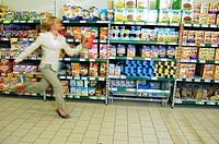 Woman running in supermarkt, hectic, hurry