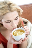 woman drinking lemon tea