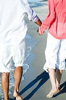 Couple walking on beach (thumbnail)