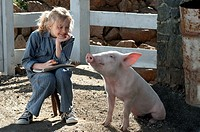 movie: Charlotte´s Web, USA 2006, director: Gary Winick, scene with: Dakota Fanning, family, Charlottes, pig, friendship,