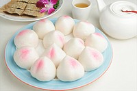 Steamed sweet buns in a blue plate