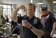 movie, Meet Dave, USA 2008, director: Brian Robbins, scene with: Scott Caan, comedy, policeman, uniform, small man, holding,