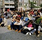 Menschen hist., Jugendliche, Jugendtreff unter dem Nationalmonument auf dem Dam, Amsterdam, 70er Jahre,