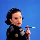 Menschen hist., Frauen, Portrait einer jungen Frau in chinesischer Bluse, Mode der 50er Jahre haarband haar band, muster gemustert mit motiven aus chi...