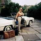 Menschen hist., Frauen, junge Dame an ihrem Mercedes Benz Cabriolet, Koffer und Reisetasche daneben abgestellt, 1950er Jahre, orange, Bluse, Handschuh...