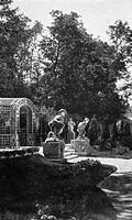 SG. hist., Ausstellungen, München 1908, Architektur, Laubengang mit Groteskfiguren, Architekt: W. Bertsch, Außenansicht, Skulpturen von Joseph Wackerl...