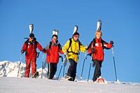 Gruppe Skifahrer laeuft im Tiefschnee