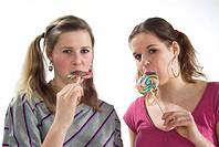 Zwei junge Maedchen mit Lutschern, two young girls sucking lollipops