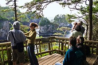 People at a viewpoint at the West Coast, Cape Flattery, Makah Indian Reserve, Olympic Peninsula, Washington, USA