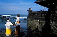 Indonesia, Bali, family at the Purah Tanah Lot Temple, purification ceremonies before Nyepi, the Balinese New Year