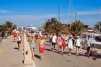France, Var, Ile de Porquerolles, holidaymakers in village harbour