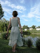 Frau vor Brandenburgischer Landschaft