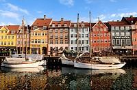 Denmark, Zealand, Copenhagen, Nyhavn District the New Port, colourful facades of Nyhavn Quay