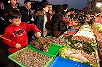 Taiwan, Kaohsiung, Cijin Island, Seafood market at night