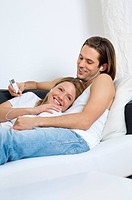 Young couple listening to MP3 player (thumbnail)