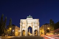 Victory Gate at night in Munich, Bavaria, Germany (thumbnail)
