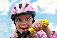 Mädchen mit Helm auf Fahrrad