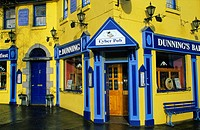 The colourful facade of Dunning´s Pub, Westport, County Mayo, Ireland, Europe