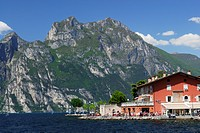 View over lake Garda to pavement cafe at promenade, Nago_Torbole, Trentino_Alto Adige/Suedtirol, Italy