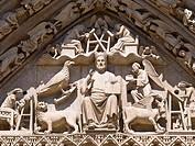 Tímpano de la Puerta del Sarmental en la Catedral de Burgos, ejemplo de escultura de estilo gótico, siglo XIII. Cristo en Majestad rodeado del Tetramo...