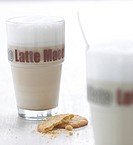Latte macchiato and a cookie