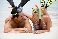 Paar hat Spass im Sommerurlaub am Meer in Thailand