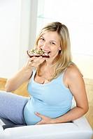 schwangere frau isst vollkornbrot