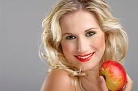 junge Frau mit rotem Apfel