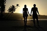 Verliebtes Paar am Strand beim Sonnenuntergang