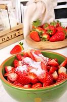 Gezuckerte Erdbeeren und ganze Erdbeeren