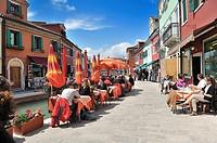 Burano es una isla de la laguna veneciana, situada a 7 kilómetros de Venecia, Italia, que se recorre en 40 minutos con el vaporetto  Su población actu...