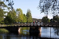 Finland, Region of Southern Savonia, Saimaa Lake District, Savonlinna, Couple Walking on Bridge to Olavinlinna Castle, St. Olaf´s Castle