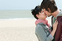 Young couple kissing on a beach (thumbnail)