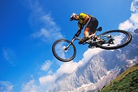 mountainbiker springing