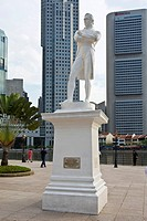 Statue of Sir Thomas Stamford Raffles, the founder of Singapore, in front of the Singapore River and Financial District, Singapore, Southeast Asia