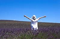 A woman standing in lavender field, France, Plateau De Valensole, Provence_Alpes_Cote d´Azur