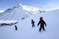 Three small children on a ski slope, skiing lesson, Gorfenspitze in the background, Wirl near Galtuer, Tyrol, Austria