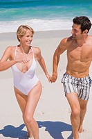 Couple running on the beach (thumbnail)