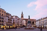 Independence Monument in the Plaza de la Virgen Blanca in Vitoria at dusk, Basque Country, Spain