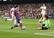 Barcelona, Camp Nou Stadium, 29/09/2009, UEFA Champions League, FC Barcelona vs. FC Dynamo Kyiv, Leo Messi and goalkeeper Oleksandr Shovkovskiy