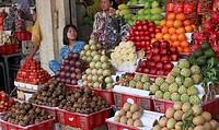 Vietnam, Ho Chi Minh City, Saigon, Ben Thanh Market, fruit vendors