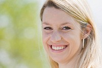 Germany, Bavaria, Munich, Young woman smiling, portrait, close_up