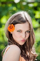 Germany, Bavaria, Woman with flower in hair, pouting lips, portrait, close_up