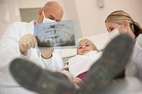 Germany, Bavaria, Landsberg, Dentist showing girl 8_9 an X Ray