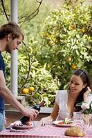 coppia che pranza sul terrazzo