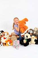 Mädchen spielt mit Stofftieren, Studio, Schweiz