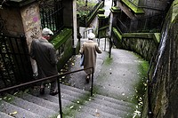 Scotland, Midlothian, Edinburgh, Couple climbing down steps in the Old Town of Edinburgh