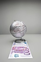 Silver globe on 500 Euro note